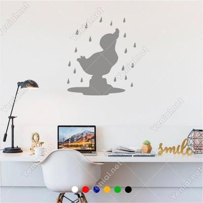 Yağmurun Altında Yıkanan Ördek Yavrusu 50x60 cm Duvar Sticker