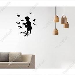 Kuşları Besleyen Çocuk Duvar Sticker -  49x60cm